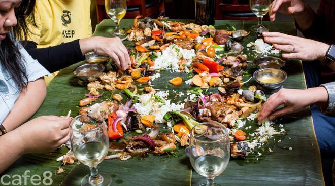 Ăn tiệc kiểu người Philippines: không muỗng, không đũa, không cả bát đĩa, thức ăn được bày trên lá chuối - Ảnh 1.