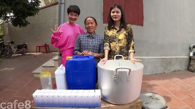 Giữa mùa dịch Covid-19, bà Tân Vlog nấu nồi gel rửa tay khô siêu to khổng lồ 100 lít tặng người dân - Ảnh 1.