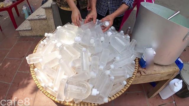 Giữa mùa dịch Covid-19, bà Tân Vlog nấu nồi gel rửa tay khô siêu to khổng lồ 100 lít tặng người dân - Ảnh 4.