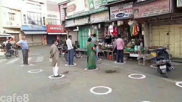 Học mô hình của Ấn Độ: Quán cà phê ở Sài Gòn dán chỗ đứng, tạo khoảng cách an toàn cho khách để phòng chống Covid19 - Ảnh 2.