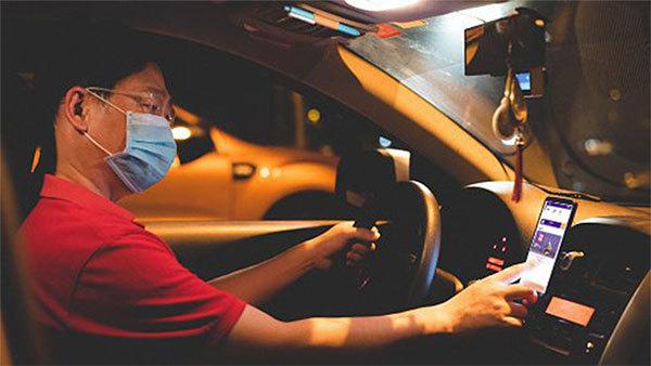 Một tài xế sử dụng viApp. Ảnh: Viservice